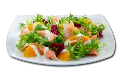 Σαλάτα με καπνιστό σολομό, πορτοκάλι και τυρί κρέμα